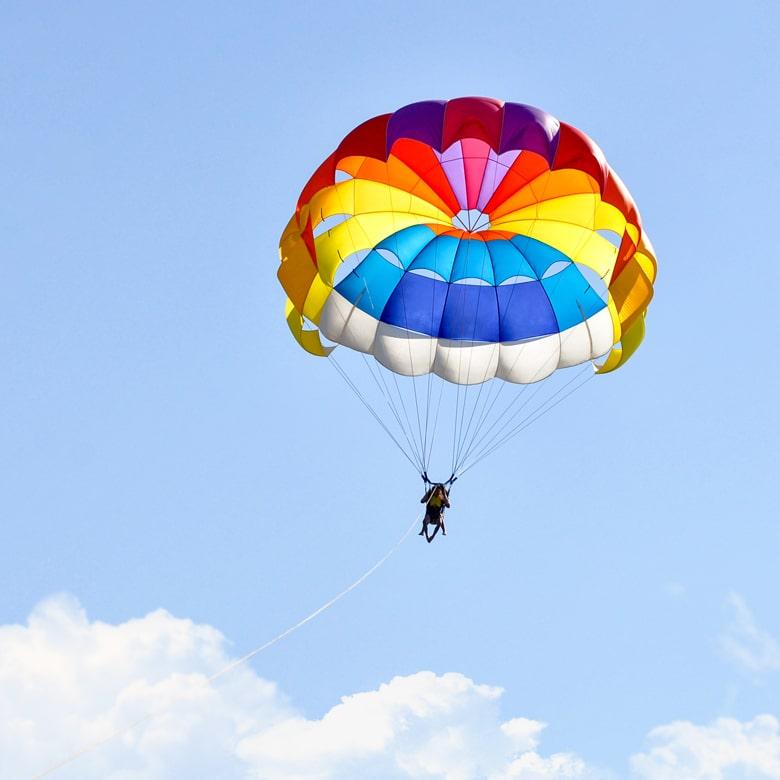 Прыжок с круглым парашютом